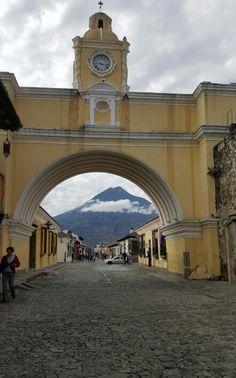 Arco santa Catalina y volcán de agua