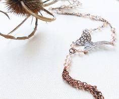 Delicata farfalla in filigrana di rame - Lunga catena di rame e cristallo - Pesca e rame by Calliphorabeads on Etsy