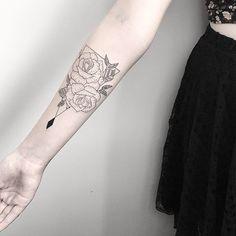 """215 curtidas, 3 comentários - Andressa Pinheiro (@andressanyo) no Instagram: """"Tattoo que rolou hoje da @lauragaffo obrigada pela confiança e pela conversa 🖤 #finelinework…"""""""