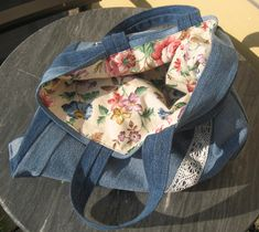 Used jeans and very old curtains + lace. Some clorfull bottons included. Crafts To Make, Shopping Bag, Curtains, Purses, Jeans, Lace, Handmade, Diy, Design