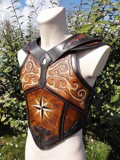 Very nice leather armor. Larp Armor, Cosplay Armor, Fantasy Armor, Medieval Fantasy, Crea Cuir, Costume Armour, Armor Clothing, Armadura Medieval, Leather Armor