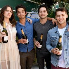 Actors Shelley Hennig Tyler Posey Dylan O'Brien and Cody Christian from 'Teen Wolf' celebrate their final season backstage after their Hall H panel. Dylan O'brien, Teen Wolf Dylan, Teen Wolf Stiles, Teen Wolf Cast, Tyler Posey, Scott Mccall, Mtv, Lydia Martin, San Diego Comic Con