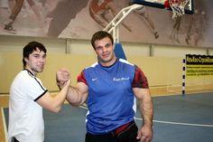 Denis Tsyplenkov vrai hulk les mains les plus grosses du monde 1   Denis Cyplenkov le vrai Hulk a les plus grosses mains du monde   video re...