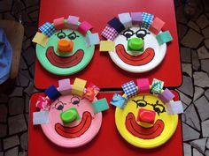 .carnaval clowns van papieren bordjes