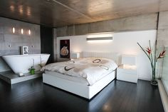 la vasca da bagno in camera da letto è considerata un lusso ma inserisce un'informazione forte di Acqua in una camera associata alla Terra. si crea così uno scontro energetico dissonante.