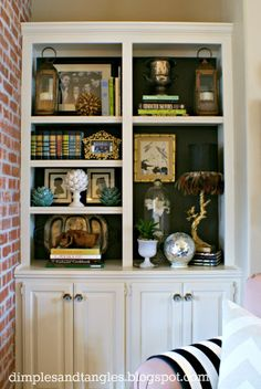 Dimples and Tangles: SOME DRAMA FOR THE BUILT-IN BOOKSHELVES (I don't have these but if i did...pretty arrangement ideas)
