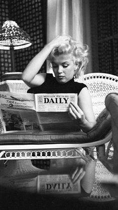 Black & White poster with an iconic photo of Marylin Monroe reading a daily newspaper. The black and white photo is stylishly framed by a built-in passepartout and evokes a charming vintage feel. Marylin Monroe was a world-renowned photo model, Marylin Monroe, Fotos Marilyn Monroe, Marilyn Monroe Poster, Marilyn Monroe Wallpaper, Brigitte Bardot, Divas, Old Hollywood Glamour, Classic Hollywood, Hollywood Glamour Photography