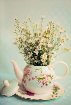 Gorgeous vintage tea pot with flowers as centrepiece. Deco Floral, My Cup Of Tea, Deco Table, Flower Pots, Potted Flowers, Easter Flowers, Summer Flowers, Floral Arrangements, Flower Arrangement