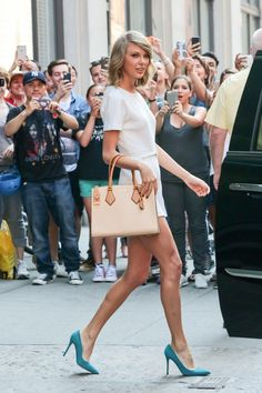Summer style secrets to steal from tall-girls like Taylor Swift: Go buck wild with big bags. Taylor Swift, Amal Clooney, Tall Girl Outfits, Summer Outfits, Firefighter Family, Tall Girl Fashion, High Fashion, Chanel, Going Out Outfits