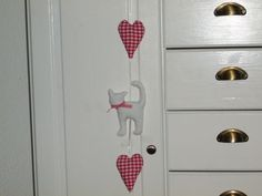 Stoffanhänger - niedliche Katze mit 2 Herzen - - ein Designerstück von maincoon1710 bei DaWanda