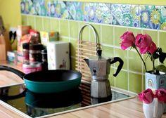 Die Wand gegenüber ist in apfelgrün gestrichen. Italienische Fliesen mit Blumendekor zieren die Küchenanrichte.#homestory #homestoryde #home #interior #design #inspiring #creative #craft #DIY #martina