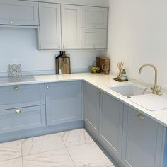 Kitchen Cabinets Color Combination, Kitchen Cabinet Colors, Coloured Kitchen Cabinets, Kitchen Cabinets Grey And White, White Shaker Cabinets, Kitchen Room Design, Home Decor Kitchen, Kitchen Interior, Kitchen Designs