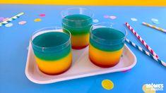 Mettez de la couleur dans les verres de vos enfants avec cette boisson arc-en-ciel. Une boisson à faire pour un anniversaire arc-en-ciel ou licorne, ou tout simplement à l'apéro au bord de la piscine. Cocktail Bleu, Jus D'orange, Shot Glass, Caramel, Barware, Cocktails, Pudding, Tableware, Desserts