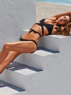 Miranda Kerr w plażowej sesji dla Net-a-porter, fot. Mariano Vivanco