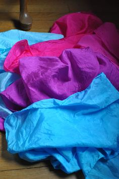 dyeing silk with Wilton cake dyes - tutorial  I need to try this..a lot easier than what I have been doing.
