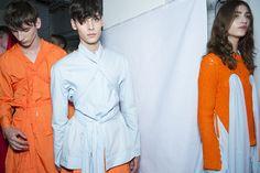 En backstage du défilé Craig Green homme printemps-été 2016 à Londres, mannequins, orange, blanc