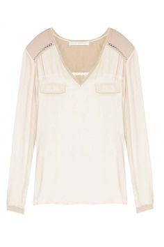 CAMISA YASMIN Camisa mullet, decote V, manga longa, punho fechado em botão, 2 bolsos falsos, 2 fendas laterais e detalhes em tecido de algodão com aberturas traçadas. Composição: 100% Viscose