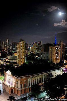 Noite de luar em Belém do Pará, Brasil. Em primeiro plano, o Teatro da Paz.