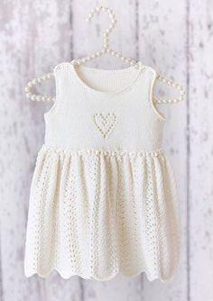 Designene i denne babykataloge Girls Knitted Dress, Knit Baby Dress, Knitted Baby Cardigan, Baby Girl Patterns, Baby Knitting Patterns, Knitting Designs, Baby Bloomers, Baby Kind, Knitting For Kids