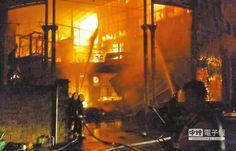 奪命無情火  桃園新屋亞洲保齡球館20日凌晨驚傳大火,消防隊員灌水搶救,熊熊火焰吞噬了6條警消人命。(消防局提供)