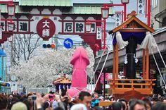 La divertente sfilata del pene rosa di 2.5 metri al Kanamara Matsuri - Giappone
