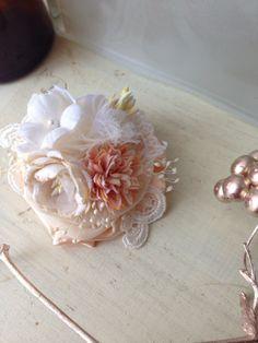 アンティークレースと布花のコサージュ