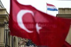 """Nederland heeft bij de Turkse autoriteiten protest aangetekend over het feit dat op het dak van het Nederlandse consulaat in Istanbul de Turkse vlag werd gehesen. """"Zij hebben toegezegd de zaak te onderzoeken"""", zei een woordvoerder van het ministerie van Buitenlandse Zaken in Den Haag zondag."""