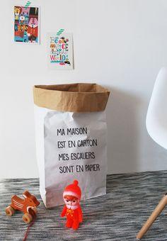 Tout nouveau, découvrez les sacs en papier pour ranger tout votre petit bazar.Doublés et très solides, ils sont capables de supporter jusqu'à 65kg.Hauteur 65cmBlanc en extérieurKraft brun à l'intérieurIdéal pour ranger les jouets,le linge ou tout autre chose... Livré à plat, il suffit de le mettre en forme.FABRICATION FRANCAISE------New! Paper storage bags for toys or clothes.Very strong they are able to support up to 65kg.Kraft paper inside, wh...