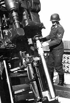 Setting the fuze on a 12.8cm flak round