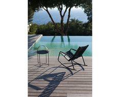 Der EDGE Beistelltisch für den Innen- als auch Außenbereich wurde vom Designer Roee Magdassi für Houe entworfen. Der Tisch lässt sich durch den Griff leicht verstellen. So können Sie den Abend auf der Terrasse ausklingen lassen und wenn es abkühlt den Tisch als eine Art Tablett nutzen. Der Griff lässt sich umklappen und stört somit nicht den minimalistischen Look des Tisches. Design Bestseller, Outdoor Furniture Sets, Outdoor Decor, Sun Lounger, Best Sellers, Designer, Home Decor, Patio, Minimalist