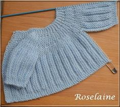 Free knitting pattern for premature baby sweater pullover . Only 2 seams to sew down the arms . In french . 2 brassières prémas (rangs raccourcis) - Je tricote Tu crochètes