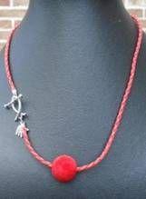 Rode gevlochten  koord met 1rode fluweelachtige kraal en kapittel slotje in vorm van visje (54cm) €6,00