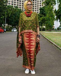 Kaftan Batik, Batik Kebaya, Blouse Batik, Batik Dress, Beautiful Blouses, Beautiful Outfits, Modern Kebaya, Big Size Fashion, Chic Outfits