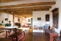 Am pus pe listă zece locuri selectate și recomandate de noi în albumele și revistele igloo de până acum a căror arhitectură tradițională caldă ne duc cu gândul la vacanțe de iarnă demne de cărțile din povești. 1.Casă de vacanță în Zăbala Între Covasna și Târgu Secuiesc, la m… Log Homes, Traditional House, Art And Architecture, Rustic Decor, Interior Decorating, Country, Bed, Furniture, Home Decor