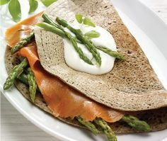 Buckwheat crepes with smoked salmon and asparagus (perfect! Just needs a poached egg in there somewhere, and it ought to be in a traditional square shape, hello, plus fresh dill -- delicious). Recipe in French, but glad to translate if needed. Omelette, Buckwheat Crepes, French Crepes, Y Food, Salmon And Asparagus, Fresh Dill, Poached Eggs, Smoked Salmon, Fajitas