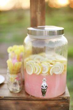 Rosa Limonade mit Zitrone sieht klasse aus und ist ein Blickfang auf jeder Gartenparty. Noch mehr tolle Rezepte gibt es auf www.Spaaz.de