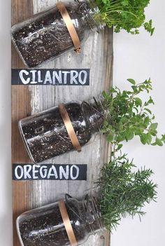Jardín de hierbas con tarros de cristal | Muy Ingenioso