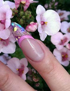 Gele negle af Tina Kaas lavet med Nail4you negle produkter. Nailart negle med Beads og glimmer.