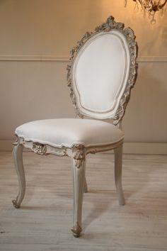 Francuskie Krzesło Ludwik XV Antyk po renowacji z początku XIX wieku. Piękna ręczna snycerka. Krzesło Ludwik XV ręcznie malowane, postarzane z elementami złota