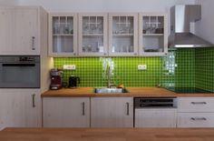 Kuchyňská linka je jednoduchá, plná dvířka mají vyfrézovanou ozdobnou drážku a prosklená dvířka ozdobu z lišt.