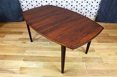 Table Design Scandinave en Palissandre de Rio Vintage 1960 Made in Norway Elle possède 3 allonges qui se rangent sous le plateau. La table est en très bon état. Dimensions: Longueur totale avec ses allonges 265 cm / Longueur 160 cm / Hauteur 73 cm / Largeur 99 cm. Référence: [...]