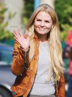 Jennifer Morrison greetings fans on the set of Once Upon a Time, season 4 - Oct. 9, 2014. (by Opustwelve)