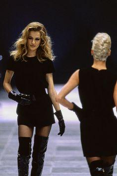 Versace Fall 1991 Ready-to-Wear Fashion Show Versace Fall 1991 Ready-to-Wear Collection Photos - Vogue 1990s Fashion Trends, Fashion Models, Fashion Guys, New Fashion, Runway Fashion, Fashion Show, Fashion Glamour, Fashion Weeks, Fashion 2018