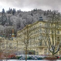 #reveltonhistory The history of Grandhotel Pupp🏤 (located in the center of Karlovy Vary) dates back to 1701. The then burgomaster erected, the Saxony Hall in the idyllic woods🌲🌲 of the Tepla River valley.