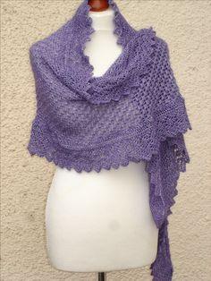 asymmetrisches Tuch mit Rundumborte aus handgefärbter Wolle