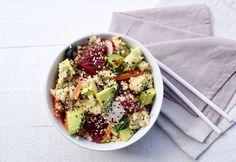 Quinoa sushi bowl: een makkelijke variant op sushi. Het scheelt een hoop tijd en smaakt nét zo lekker! Je kunt uiteraard kiezen voor extra groenten en andere soorten vis. www.beaubewust.com