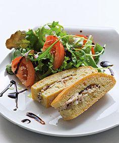 Pão de sardinhas. Esta receita de pão de sardinhas é uma boa ideia para fazer no fim-de-semana e levar na marmita para facilitar um ou dois almoços à semana.
