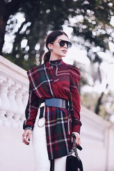 Look of the Day: Plaid and White - Super Vaidosa Plaid Fashion, Suit Fashion, Work Fashion, Modest Fashion, Fashion Dresses, Womens Fashion, Fashion Design, Fashion Trends, Winter Mode Outfits