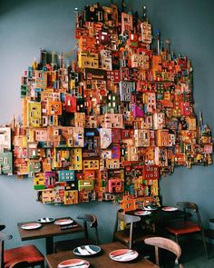 Between the Barrio Alto and Príncipe Real: El Clandestino This with painted cassette tapes Lisboa con tu mejor amiga - image for you Arts and Crafts Popular Art, Arte Popular, Art Studio Organization, Organization Ideas, Cardboard Art, Cardboard Houses, Cardboard Dollhouse, Diy Wall Art, 3d Wall