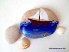 Barcol. Piedra pintada a mano con el motivo del barco. Decoración, pisapapeles o regalo original. / Boat. Handpainted pebble. Original decoration, paper-weight or present.